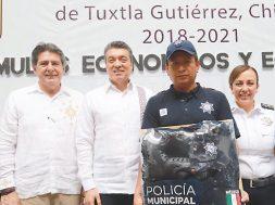 Entrega Rutilio Escandón equipo a elementos de policía de Tuxtla Gutiérrez