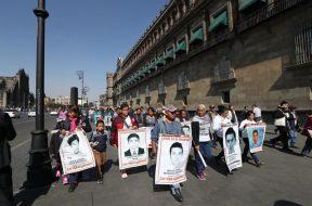 Familiares de estudiantes de Ayotzinapa esperarán hasta marzo resultados de peritajes