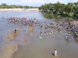 Ingresa caravana por río Suchiate