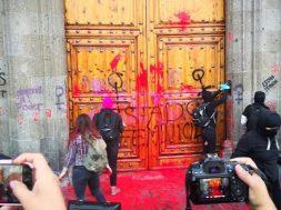 Se manifiestan feministas frente a Palacio Nacional