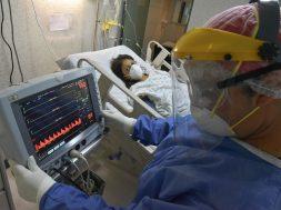 """Una joven madre es atendida en el Hospital Materno Perinatal """"Mónica Pretelini Sáenz"""" durante el embarazo dio positivo a COVID-19, su bebé nació prematuro y ahora son tratados ambos en este nosocomio."""