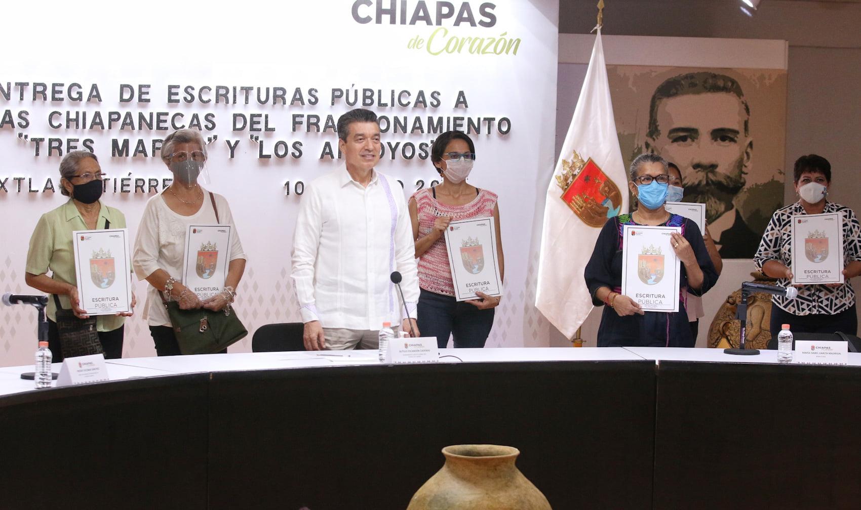 Entrega Rutilio Escandón escrituras públicas a familias de Tuxtla Gutiérrez