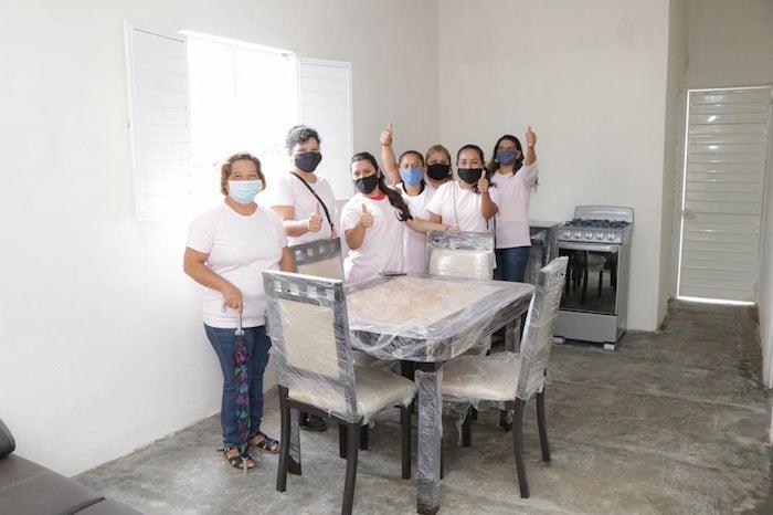 Realizan entrega de viviendas a madres solteras de Ángel Albino Corzo