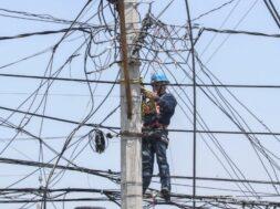 Trabajadores de la CFE realizando cambio de cableado en plateros.