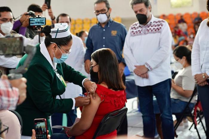 Participa IMSS en inicio de campaña de vacunación a personal docente contra COVID-19 en Chiapas