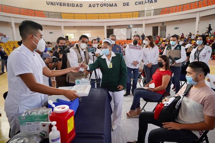 Inicia vacunación contra COVID-19 a personal educativo en Chiapas
