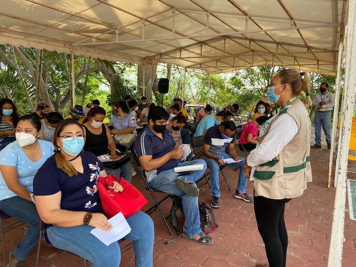 Supervisa IMSS atención en aplicación de vacuna a personal educativo