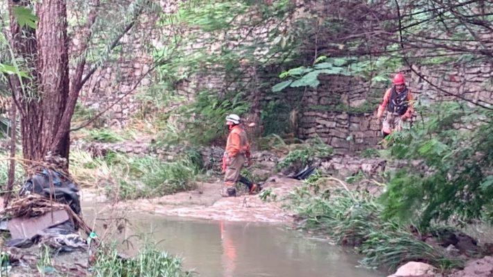 """Tras fuertes lluvias, coladera """"se traga"""" a dos personas en Chiapas"""